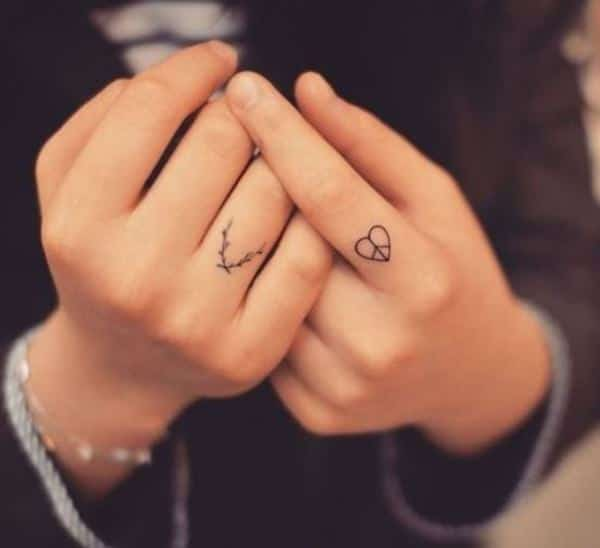 black small tattoo in finger for female picture